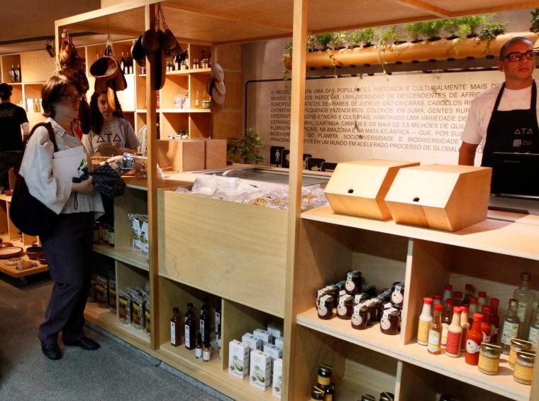 Muita madeira no visual dos novos espaços ocupados por ingredientes bem brasileiros no Mercado Municipal de Pinheiros