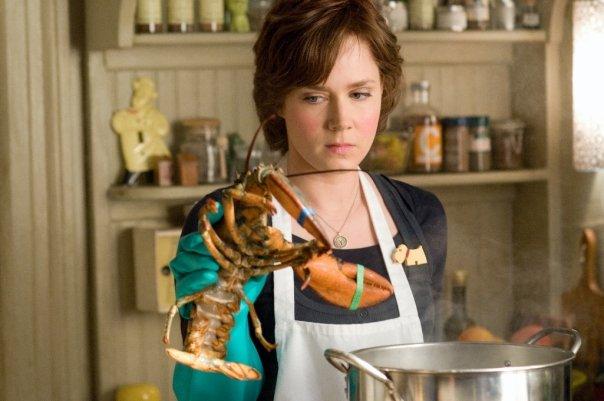 Amy Adams com lagosta em cena engraçada do filme Julie & Julia