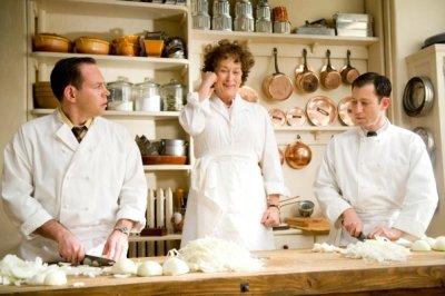 Cena memorável na qual Julia corta cebolas durante aula de culinária