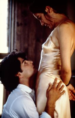 Os personagens Tita de la Garza e Pedro Muzquiz em cena de amor