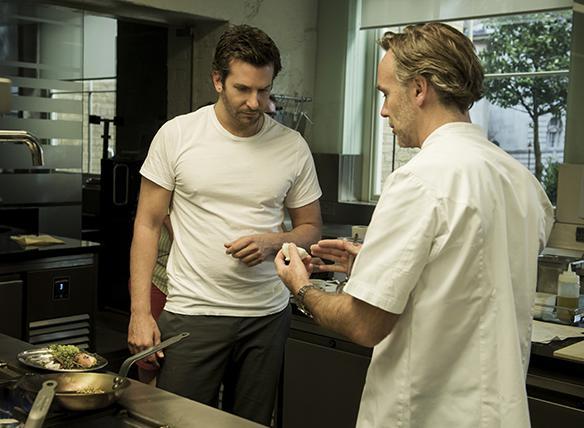 """O ator principal, Cooper, recebe dicas do chef inglês Marcus Wareing durante filmagens de """"Pegando Fogo"""""""