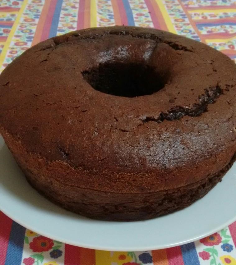 O bolo cresceu e a mistura de cacau em pó com um pouco de trigo funcionou para que desgrudasse bem da forma