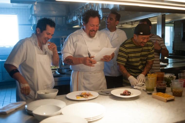 O chef. interpretado por Jon Dafron, em ação com seus assistentes