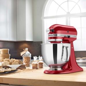 A cor vermelha dá uma vibração em cozinhas que puxam para o prata, branca e também em balcões com tons amadeirados