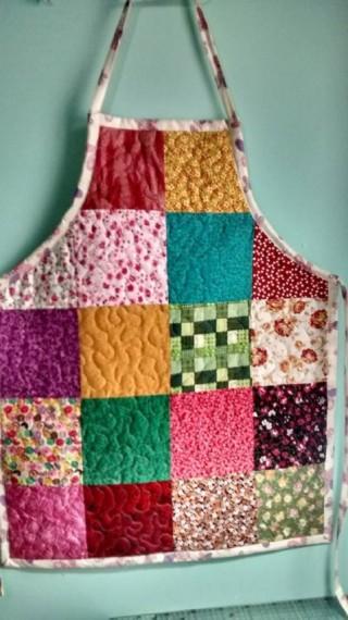 Um luxo clássico este avental de patchwork em quadrados lisos e estampados, R$ 65, vendedor Jane Buhl Patchwork, aqui