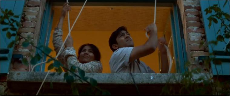 Cena do filme com o cozinheiro indiano