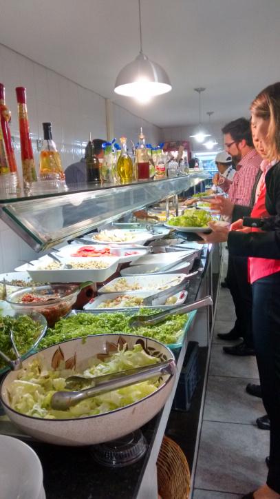 Restaurantes a quilo com pratos saudáveis e frescos são boa opção
