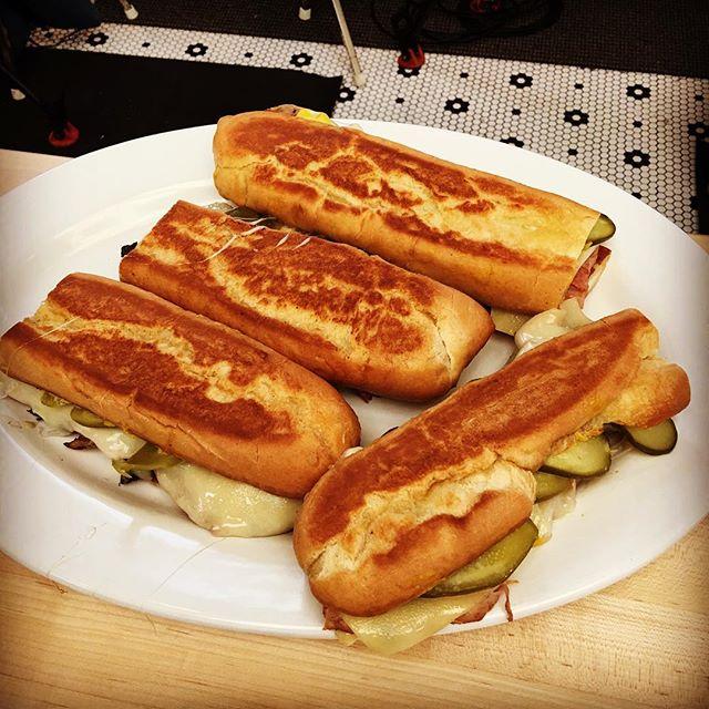 Carne tostando no grill do diretor para seus famosos sanduíches cubanos