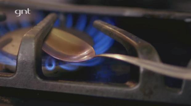 Aquecer a colher direto no bico do fogo substitui o maçarico