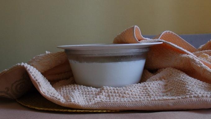 Envolva o leite morno/quente com a coalhada dissolvida em uma toalha para manter o calor por mais tempo